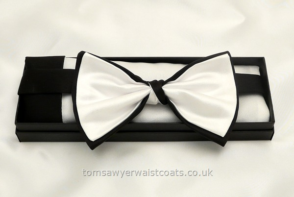 Neckwear : Bowties (Pre-tied) : Black and White Bowtie with matching hankie